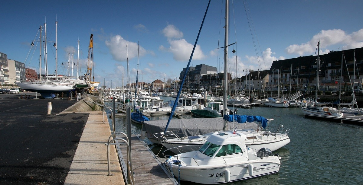 Courseulles-sur-mer-calvados-france-port-de-plaisance